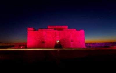 Τα Μεσαιωνικά Κάστρα της Πάφου και της Λάρνακας φωτίζονται απόψε κόκκινα από το Τμήμα Αρχαιοτήτων στα πλαίσια της Παγκόσμιας Ημέρας Εγκεφαλίτιδας,